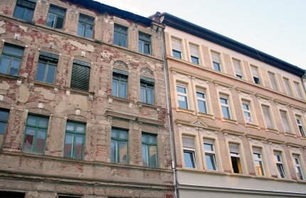 Saniertes und Unsaniertes Gebäude nebeneinander in Leipzig